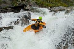 Kayaker nella cascata Fotografia Stock