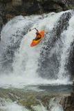 Kayaker nella cascata Immagini Stock Libere da Diritti
