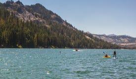 Kayaker- och skovelBoarder på sjön i Kalifornien, USA Royaltyfria Bilder