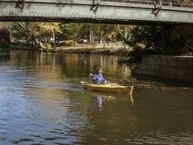 Kayaker onder voetgangersbrug in Roger Williams Park Royalty-vrije Stock Afbeeldingen