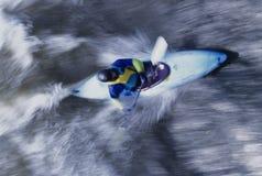 Kayaker Paddling Przez gwałtownych Zdjęcia Royalty Free