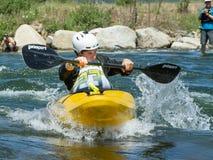 Kayaker que compite con a través del agua Fotografía de archivo libre de regalías
