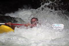 Kayaker que obtém perdido na corredeira fotografia de stock royalty free