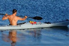 Kayaker que rema fora Foto de Stock Royalty Free