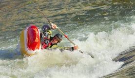 Kayaker que se vuelca foto de archivo