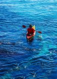 Kayaker senior su un kajak dal mare, dallo sport acquatico attivo e dai leu fotografia stock