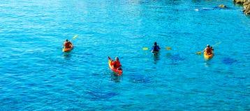 Kayaker senior su un kajak dal mare, dallo sport acquatico attivo e dai leu fotografia stock libera da diritti