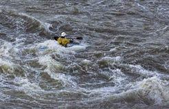 Kayaker som slåss forsarna på Great Falls i Virginia royaltyfria bilder