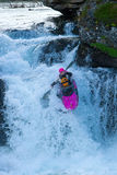 Kayaker sulla cascata in Norvegia Fotografia Stock