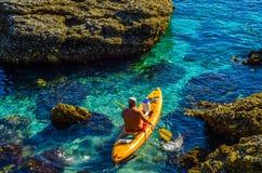 Kayaker supérieur sur un kayak par la mer, le sport aquatique actif et les leu Photographie stock libre de droits