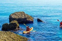 Kayaker supérieur sur un kayak par la mer, le sport aquatique actif et les leu Photos libres de droits