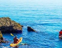 Kayaker supérieur sur un kayak par la mer, le sport aquatique actif et les leu Image stock