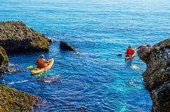 Kayaker supérieur sur un kayak par la mer, le sport aquatique actif et les leu Image libre de droits