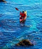 Kayaker supérieur sur un kayak par la mer, le sport aquatique actif et les leu Photo libre de droits