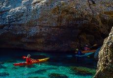 Kayaker supérieur sur un kayak par la mer, le sport aquatique actif et les leu Images stock