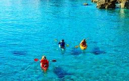 Kayaker supérieur sur un kayak par la mer, le sport aquatique actif et les leu Photo stock