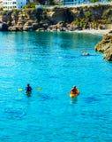 Kayaker supérieur sur un kayak par la mer, le sport aquatique actif et les leu Images libres de droits