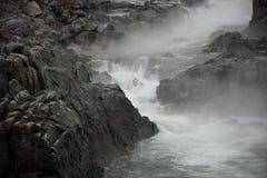 Kayaker sur fleuve Potomac photo stock