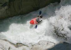 Kayaker in un whitewater fotografia stock libera da diritti