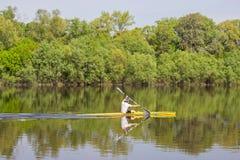 Kayaker unosi się w czółnie Zdjęcia Stock