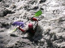 Kayaker w białej wodzie, flisactwo Zdjęcia Stock
