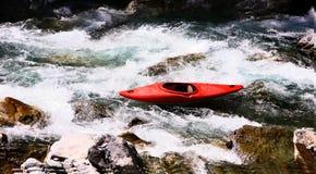 Kayaker w białej wodzie, flisactwo Obraz Stock