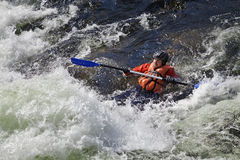 Kayaker в whitewater Стоковые Изображения RF