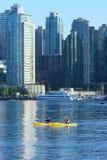 2 kayakers в внутренней гавани Vancouvers Стоковое Изображение