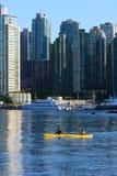 2 kayakers в внутренней гавани Vancouvers Стоковые Фото