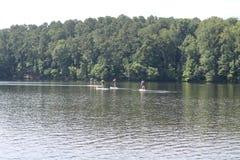 Kayakers наслаждаются находиться в озере стоковые фотографии rf