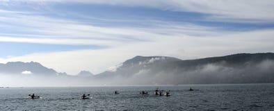 Kayakers на каяке и каное делая гонку на озере Анси Стоковое фото RF