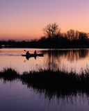 Kayakers all'alba fotografia stock libera da diritti