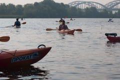 Kayakers auf dem Fluss nahe der Brücke stockbild