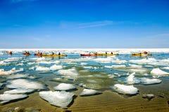 Kayakers barbotant dans le lac Supérieur images stock