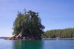 Kayakers beobachten ein sehr großes Adler ` s Nest auf einer Insel in Raymond Passage, Britisch-Columbia Lizenzfreie Stockfotos
