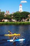 Kayakers che passano la Camera del Dunster dell'università di Harvard Fotografia Stock Libera da Diritti