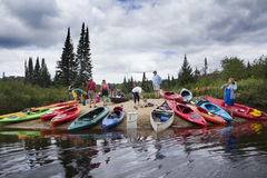 Kayakers, die eine Pause, sandigen Strand, Adirondack-Berge, neu machen Stockfotos