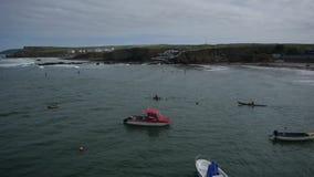 Kayakers, die heraus zum Meer vorangehen stock video