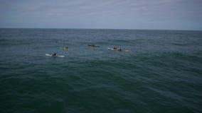 Kayakers, die heraus zum Meer vorangehen stock footage