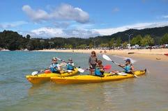 Kayakers die van bij Strand Kaiteriteri neemt Royalty-vrije Stock Fotografie