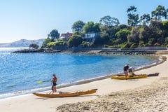 Kayakers do mar aproximadamente a ir para uma pá Fotos de Stock