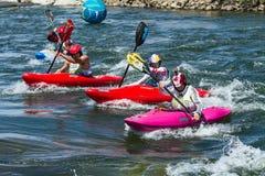Kayakers durante una de las razas Imagen de archivo libre de regalías