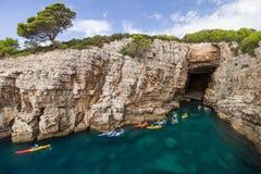 Kayakers in einem Meer höhlen in der Lokrum-Insel in Kroatien aus lizenzfreies stockbild
