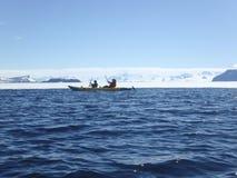Kayakers em Gustaf Sound, a Antártica Fotografia de Stock Royalty Free