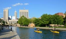 Kayakers en canal de la central de Indianapolis foto de archivo libre de regalías