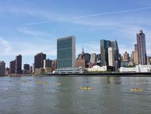 Kayakers en East River Fotos de archivo
