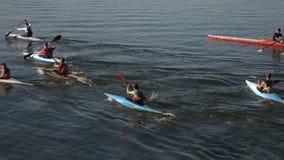 Kayakers en el equipo de la competencia metrajes