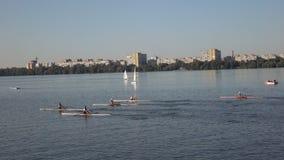 Kayakers en el equipo de la competencia almacen de metraje de vídeo