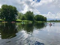 Kayakers en el santo John River en Fredericton fotografía de archivo