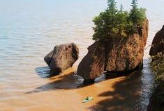 Kayakers en las rocas de Hopewell Foto de archivo libre de regalías